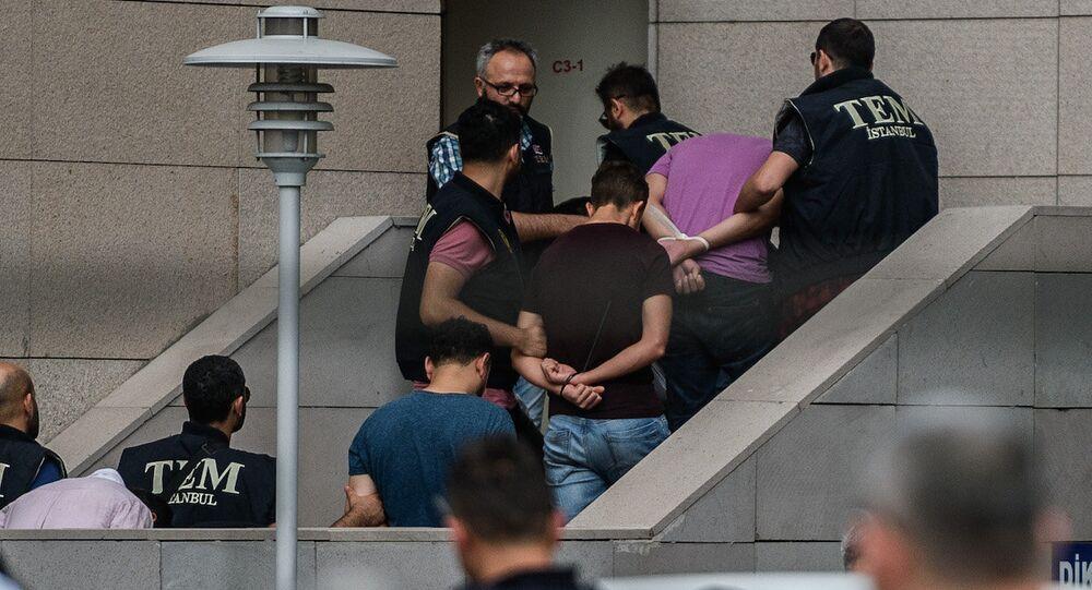 Darbe girişiminde yer aldıkları gerekçesiyle İstanbul Adalet Sarayı'na götürülen askerler