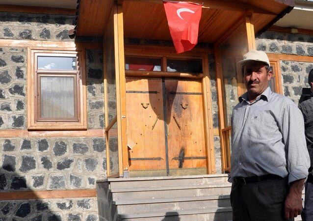 ABD'de yaşayan Fethullah Gülen'in doğduğu Pasinler ilçesine bağlı Korucuk Köyü'ndeki evi yakılmak istendi.