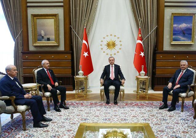 Cumhurbaşkanı Recep Tayyip Erdoğan, Cumhurbaşkanlığı Külliyesi'nde AK Parti Genel Başkanı ve Başbakan Binali Yıldırım, CHP Genel Başkanı Kemal Kılıçdaroğlu ve MHP Genel Başkanı Devlet Bahçeli'yi kabul etti.