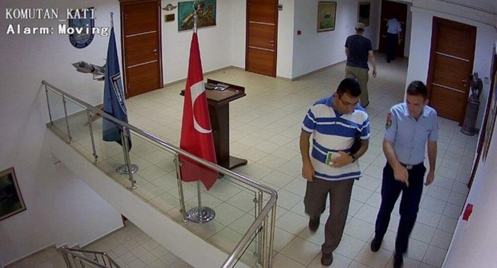 """FETÖ'nün 15 Temmuz darbe girişiminden bir gün önce, Yeşilköy'deki Hava Harp Okulu'nda 20 general ve subayın yer aldığı toplantıya katılanların, """"Tümgeneral Gökhan Şahin Sözmezateş'in misafirleriyiz"""" dedikleri, bu cümlenin şifre olduğu ve girişte kayıtlarının tutulmadığı ortaya çıktı."""