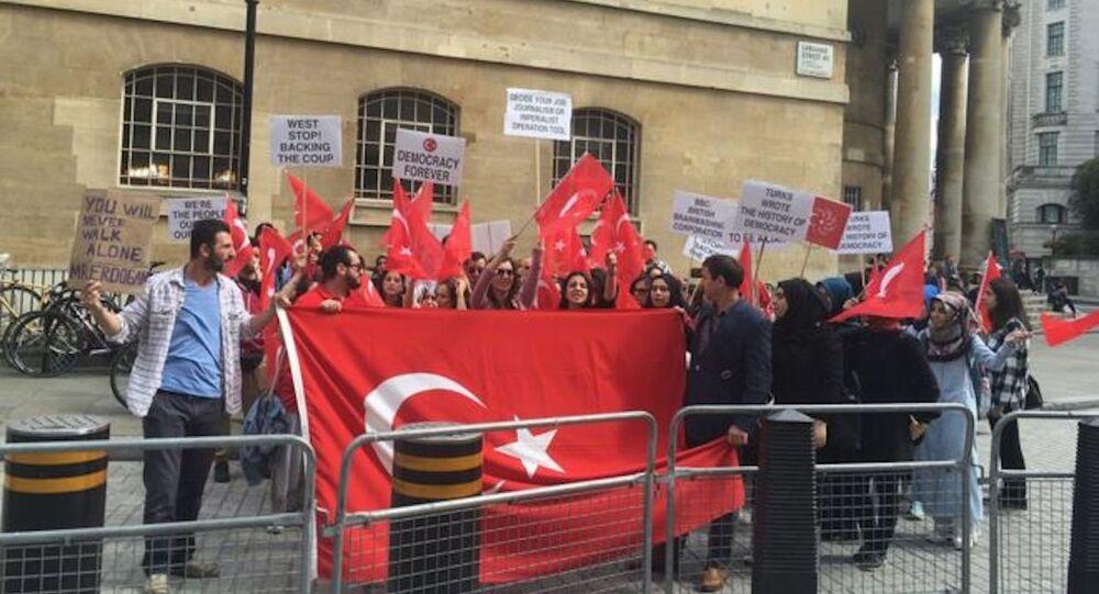 BBC önünde 'darbe' protestosu