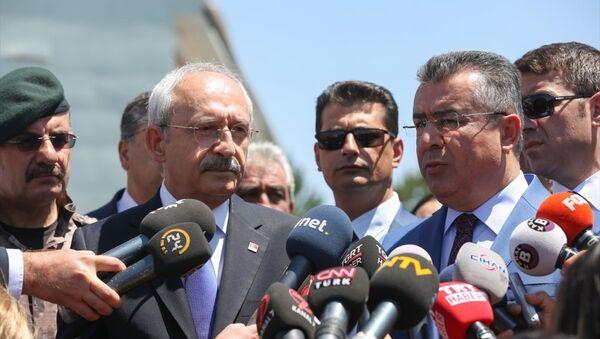 CHP Genel Başkanı Kemal Kılıçdaroğlu, FETÖ'nün 15 Temmuz'daki darbe girişimi sırasında uçaklar tarafından bombalanan Gölbaşı Polis Özel Harekat Daire Başkanlığını ziyaret etti. - Sputnik Türkiye