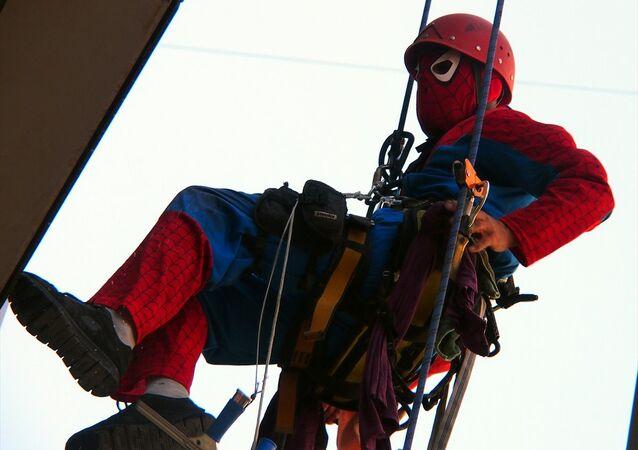 'Örümcek Adam' camları temizliyor