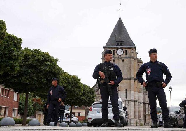 Fransa-kilise-polisler