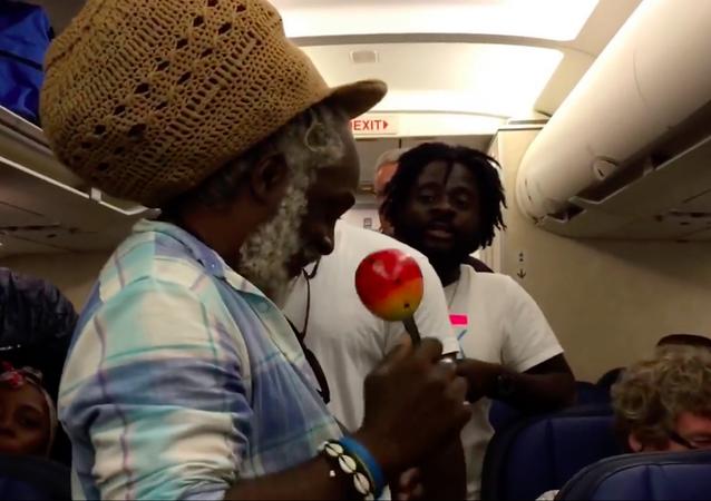 Haitili gruptan uçakta 6 saat mahsur kalan yolculara müzik şöleni