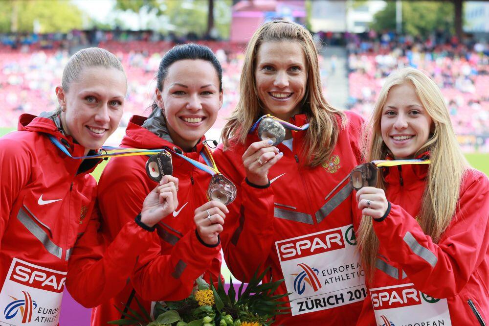 Avrupa Atletizm Şampiyonası'nda madalya alan Rus atletler (Soldan sağa) Marina Panteleyeva, Natalya Rusakova, Kristina Sivkova ve Yelizaveta Savlinis