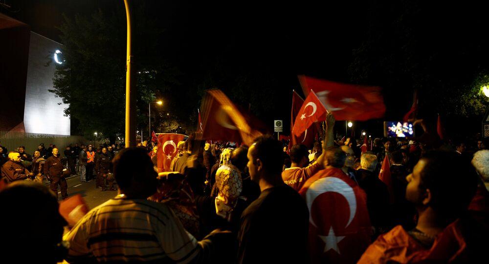 Almanya'da Türk bayraklı protesto