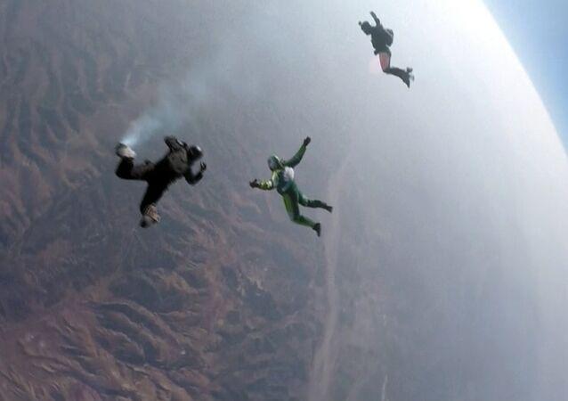 ABD'li hava dalışçısı Luke Aikins, 7620 metreden paraşütsüz atlayarak rekor kırdı.