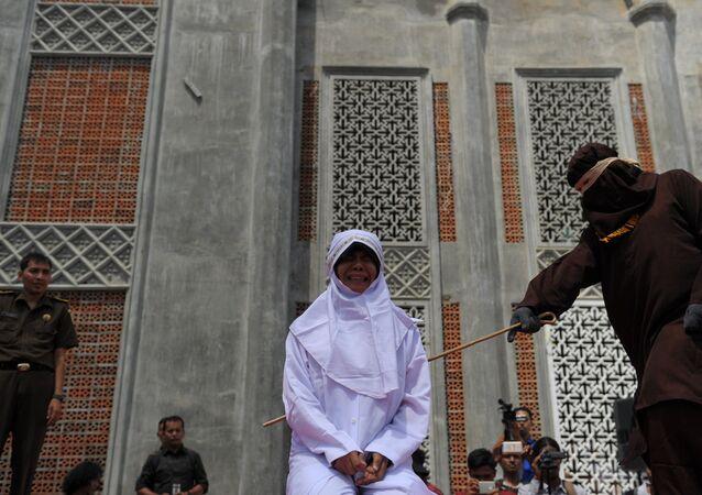 Endonezya'da evlilik öncesi flört eden gençlere kırbaç cezası