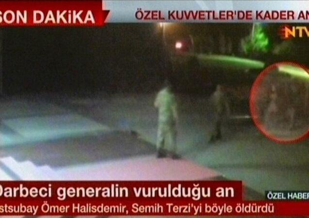 Astsubay Ömer Halisdemir'in darbeci Semih Terzi'yi vurma anına ilişkin görüntüler ortaya çıktı.