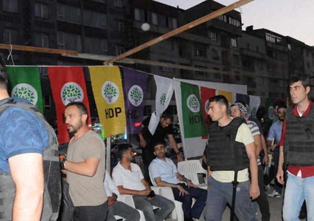HDP ve DBP'nin, darbeye karşı nöbet çadırına polis baskını