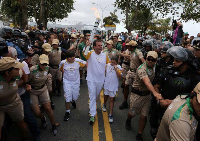 Rio belediye başkanı Eduardo Paes Olimpiyat Meşalesini taşıdı