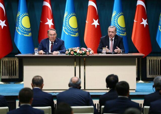 Cumhurbaşkanı Recep Tayyip Erdoğan, Kazakistan Cumhurbaşkanı Nursultan Nazarbayev ile Cumhurbaşkanlığı Külliyesi'nde baş başa görüşmenin ardından ortak basın toplantısı düzenledi.