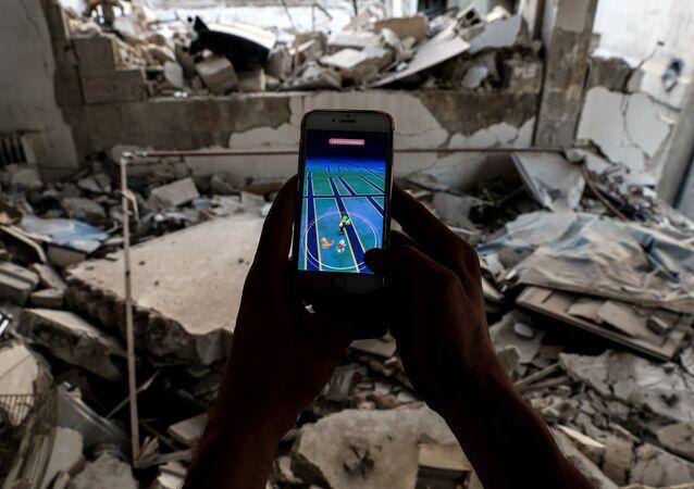 Pokemn GO oynayan bir Suriyeli