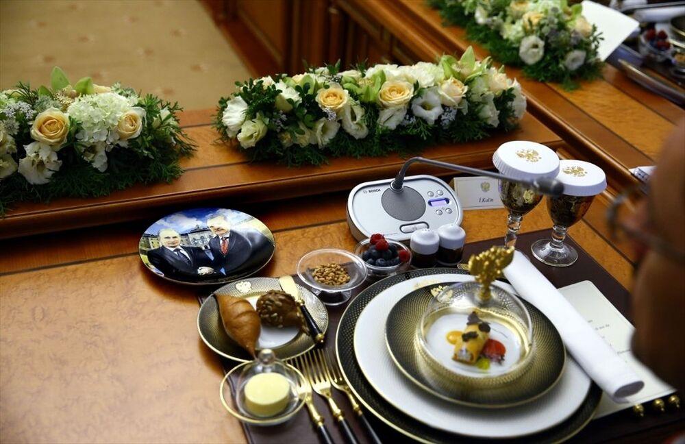 Cumhurbaşkanı Recep Tayyip Erdoğan ile Rusya Devlet Başkanı Vladimir Putin'in katıldığı çalışma yemeğinde, konukların önünde iki liderin tokalaşma karelerinin olduğu tabaklar dikkat çekti.