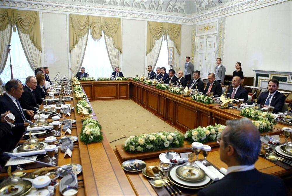 Cumhurbaşkanı Recep Tayyip Erdoğan ile Rusya Federasyonu Devlet Başkanı Vladimir Putin baş başa görüşmelerin ardından heyetler arası çalışma yemeğine katıldı.