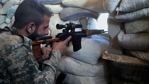 Halep'teki ön cephelerde Suriye ordusundan bir asker - Sputnik Türkiye