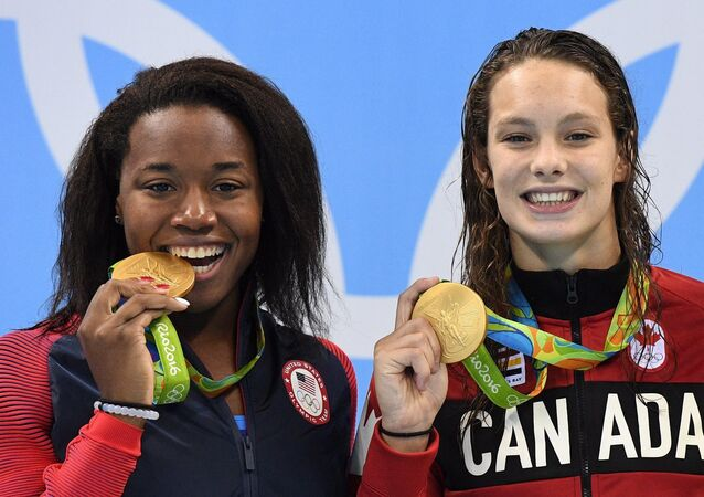 Simone Manuel ve Penny Oleksiak