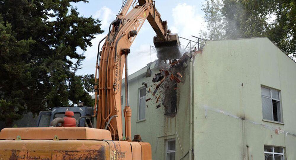 Antalya'nın Serik ilçesindeki ilçe jandarma karakol binası törenle yıkıldı.