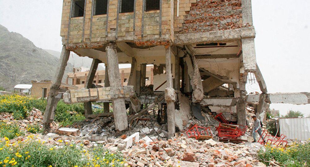 Yemen'in Taiz kentinde Arap koalisyonu uçakları tarafından 27 Temmuz 2016'da vurulan bir okul
