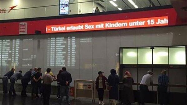 'Türkiye, 15 yaş altı çocuklarla cinsel ilişkiye izin veriyor' başlıklı haber, Viyana Havalimanı'ndaki panoda yayınlandı. - Sputnik Türkiye