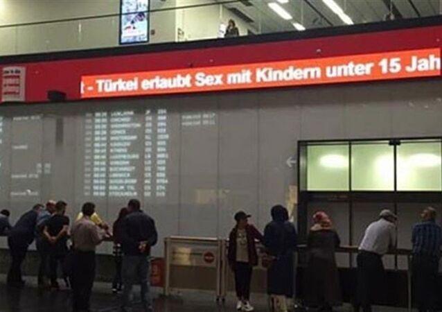 'Türkiye, 15 yaş altı çocuklarla cinsel ilişkiye izin veriyor' başlıklı haber, Viyana Havalimanı'ndaki panoda yayınlandı.
