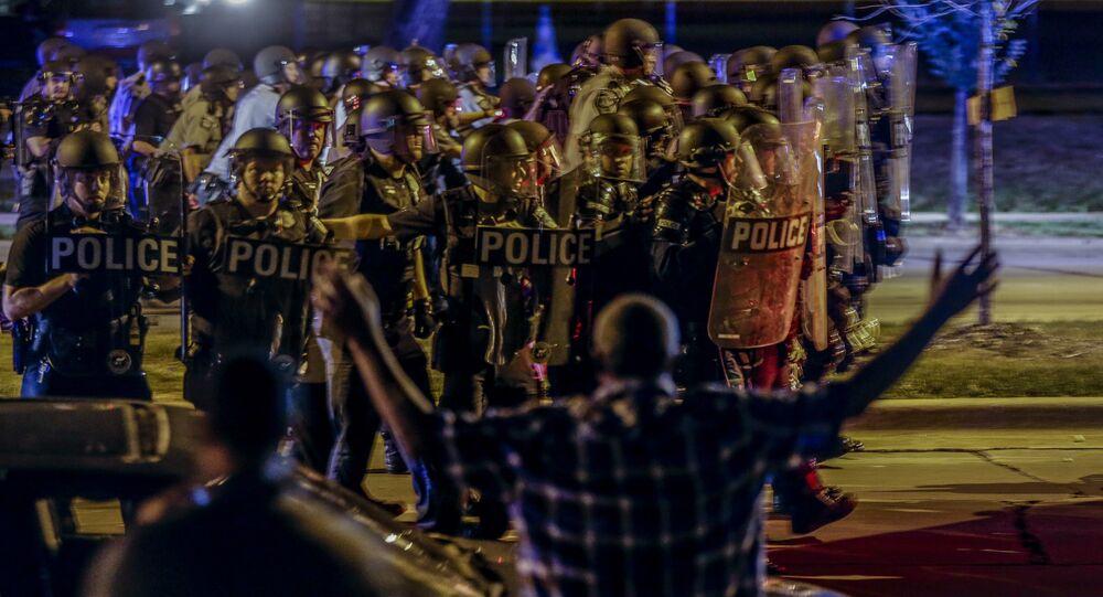 Milwaukee'de polise karşı çatışmaya giren kalabalık taş ve sopalar fırlattı