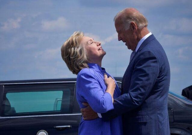 ABD Başkan Yardımcısı Joe Biden, Hillary'nin beline uzun uzun sarıldı