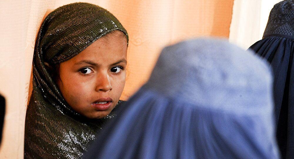 Küçük yaşta evliliklerin olağan bir şey olduğu, hatta bu yöntemin aileler arasındaki sorunların çözülmesi için kullanıldığı Afganistan'da reşit olmayanların evlenmesinin yasaklanılması gündemde.