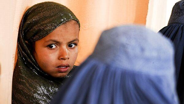 Küçük yaşta evliliklerin olağan bir şey olduğu, hatta bu yöntemin aileler arasındaki sorunların çözülmesi için kullanıldığı Afganistan'da reşit olmayanların evlenmesinin yasaklanılması gündemde. - Sputnik Türkiye