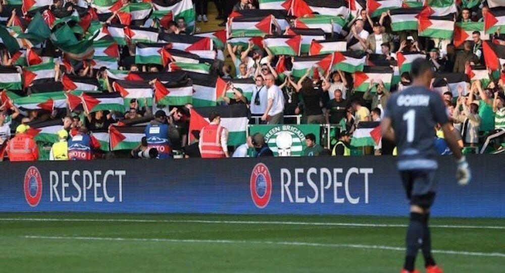 İskoç takımı Celtic'in İsrail takımı Hapoel Beersheba'yla oynadığı maçta taraftarlar Filistin bayrağı açtı.