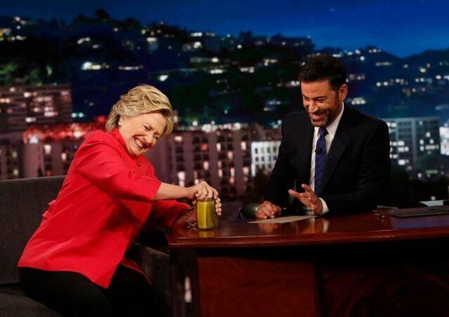 Hillary Clinton, Jimmy Kimmel Şov'da kavanoz açtı