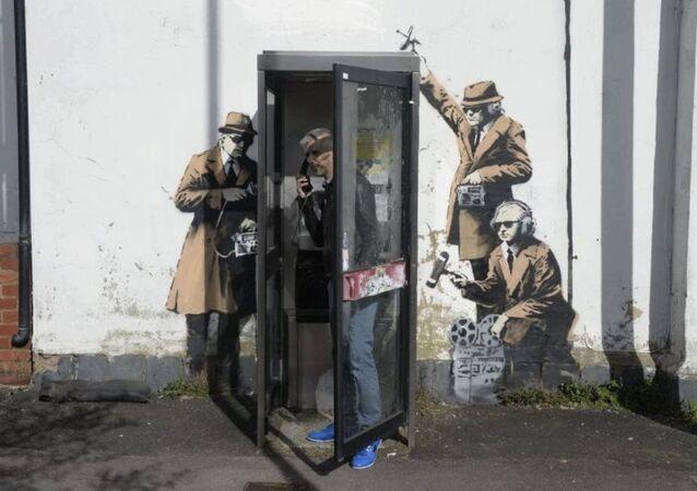 Banksy'nin ünlü 'Casus Kulübesi' duvar resmi yıkıldı