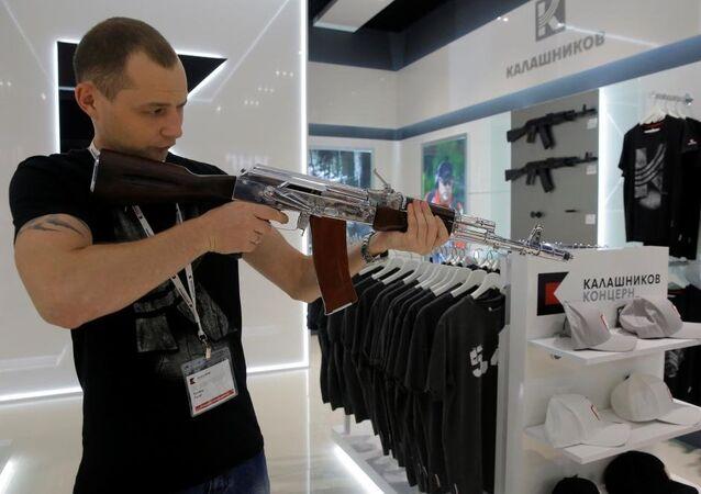Dünyanın en çok kullanılan silahı olarak bilinen AK-47 tüfeğinin üreticisi Kalaşnikof, Rusya'nın başkenti Moskova'daki Şeremetyevo Havalimanı'nda mağaza açtı.