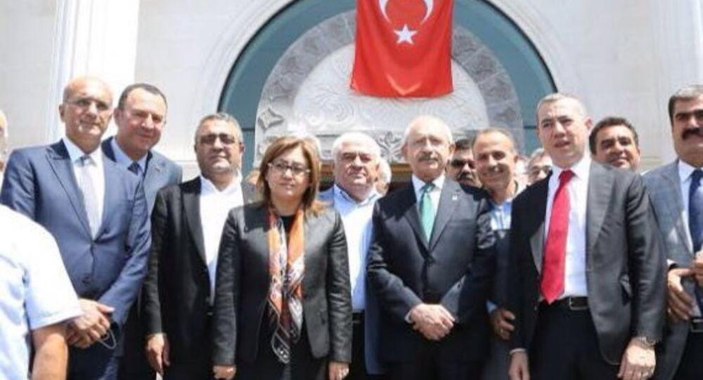 Gaziantep'te, 54 kişinin canlı bomba saldırısında yaşamını yitirmesinin ardından taziye ziyareti için kente gelen CHP Genel Başkanı Kemal Kılıçdaroğlu'nu, Büyükşehir Belediye Başkanı AK Partili Fatma Şahin karşıladı.