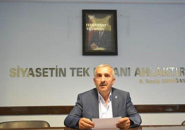 Kardeşi FETÖ operasyonunda tutuklanan AK Parti Şiran İlçe Başkanı Bekir Kara, görevinden istifa etti.