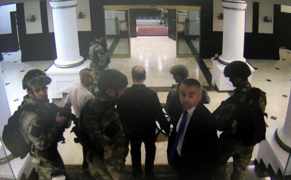Fetullahçı Terör Örgütü'nün (FETÖ) 15 Temmuz'daki darbe girişimi sırasında, Genelkurmay Başkanlığında yaşananlara ilişkin fotoğraflara ulaşıldı. Darbe girişimine ilişkin soruşturma kapsamında dosyaya giren fotoğraflar, Genelkurmay Başkanlığındaki güvenlik kamerası kayıtlarından elde edildi. Görüntülerde Genelkurmay 2. Başkanı Orgeneral Yaşar Güler, elleri arkadan bağlı şekilde darbeciler tarafından götürülürken görülüyor.
