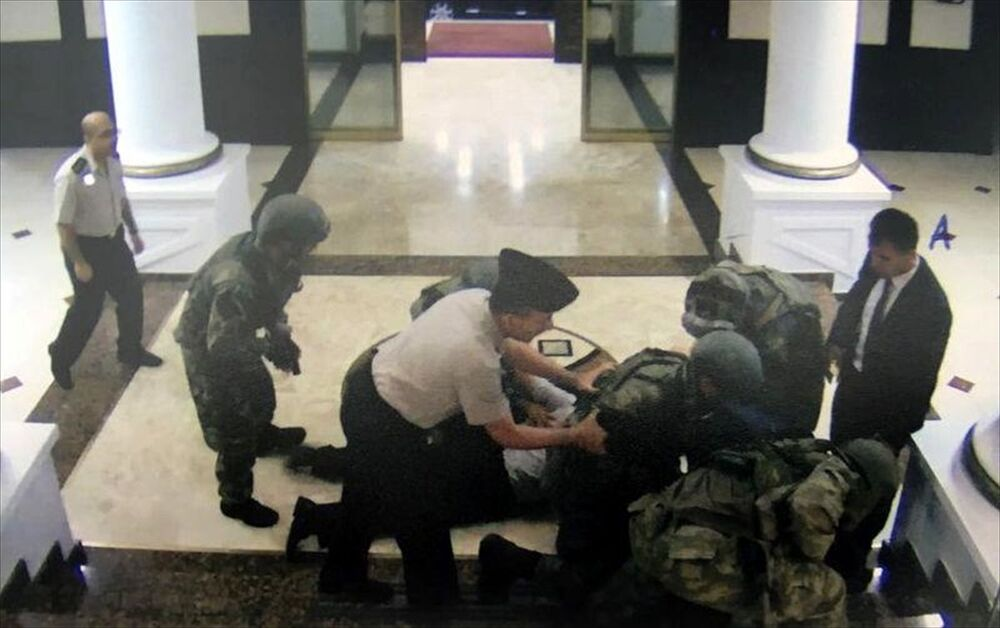 Görüntülerde Kara Kuvvetleri Komutanı Orgeneral Salih Zeki Çolak ve Kara Kuvvetleri Komutanlığı Kurmay Başkanı Orgeneral İhsan Uyar, darbeci askerler tarafından yere yatırılarak elleri arkadan bağlandığı görüldü.