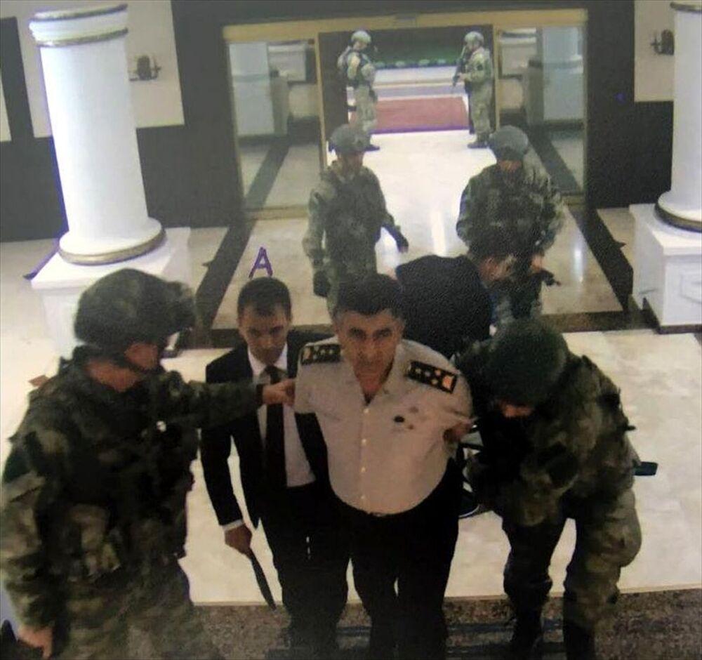 Görüntülerde Kara Kuvvetleri Komutanı Orgeneral Salih Zeki Çolak, darbeci askerler tarafından yere yatırılarak elleri arkadan bağlandığı görüldü.