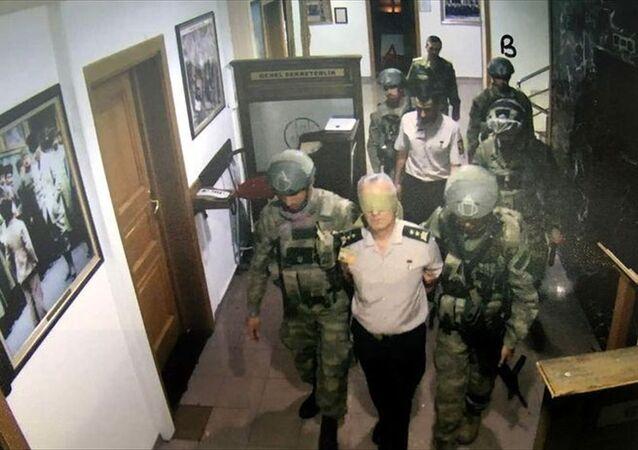 Darbe girişimine ilişkin soruşturma kapsamında dosyaya giren fotoğraflar, Genelkurmay Başkanlığındaki güvenlik kamerası kayıtlarından elde edildi.