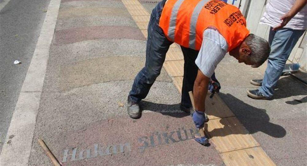 Galatasaraylı futbolcu Hakan Şükür'ün adı, yazılı bulunduğu kaldırımdan kaldırıldı.