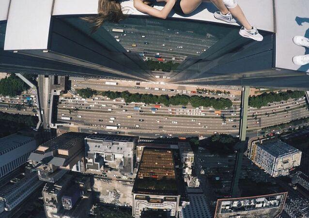 Amatör fotoğrafçı Rus Angela Nikolau, 'dünyanın en tehlikeli ve riskli selfielerini çekiyor. 23 yaşındaki genç kızın fotoğraflarına bakmak, yükseklikten korkanlar için cesaret gerektiriyor.