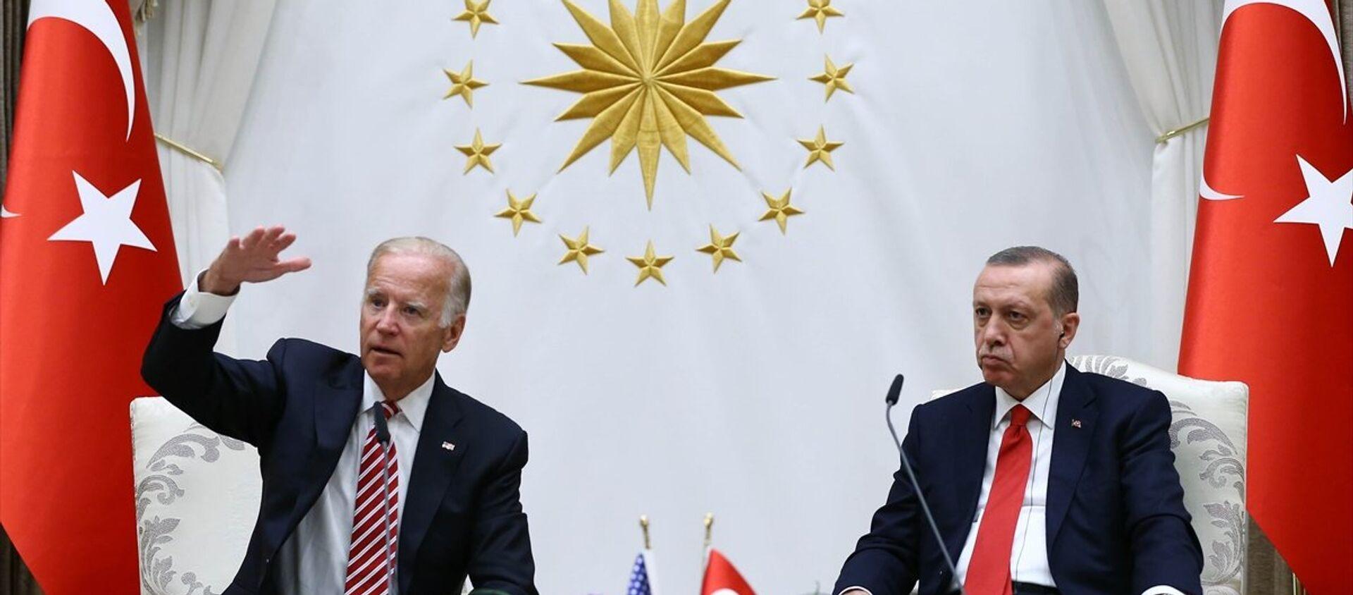 Cumhurbaşkanı Recep Tayyip Erdoğan, Cumhurbaşkanlığı Külliyesi'nde ABD Başkan Yardımcısı Joe Biden'ı kabul etti. Cumhurbaşkanı Erdoğan ve Biden, görüşme sonrası ortak basın toplantısı düzenledi. - Sputnik Türkiye, 1920, 27.04.2021