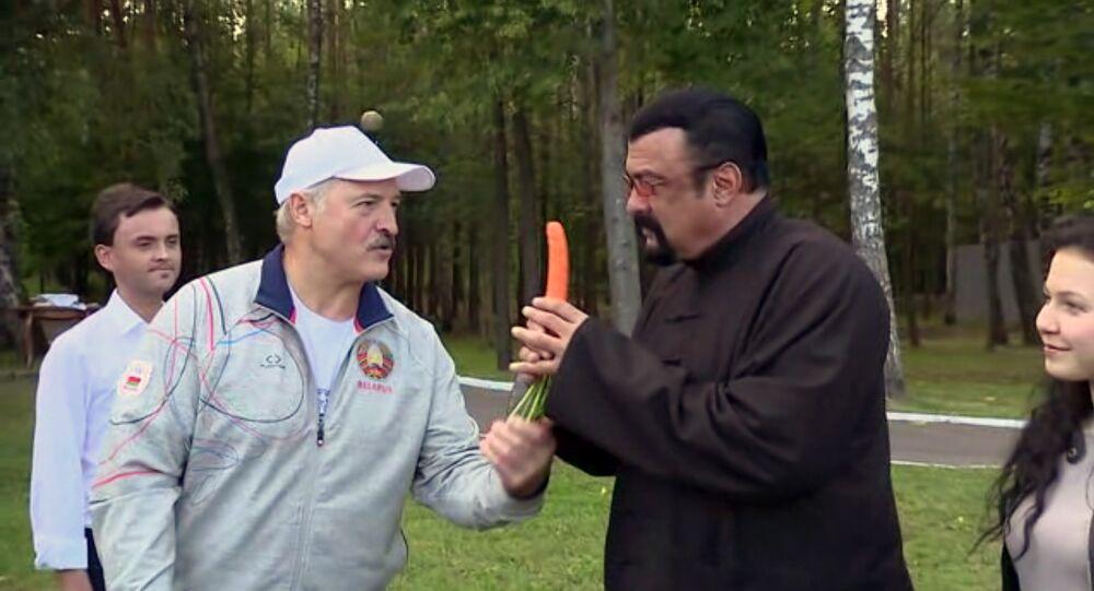 ABD'li aktör Steven Seagal'ı ağırlayan Belarus Devlet Başkanı Aleksandr Lukaşenko, ünlü aktöre rezidansın bahçesinde yetişen sebzelerden ikram etti.