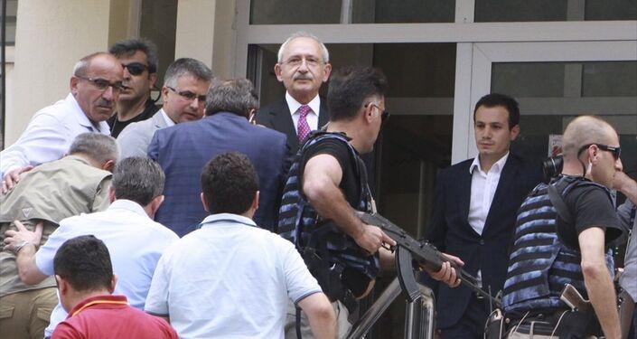 Kılıçdaroğlu , güvenlik güçleri tarafından güvenli bir bölgeye götürüldü.