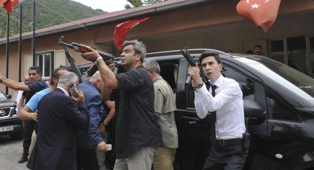 Kılıçdaroğlu, araca bindirilirken çok sayıda güvenlik gücü, dağlık alandan gelebilecek bir saldırıya karşı tetikteydi.