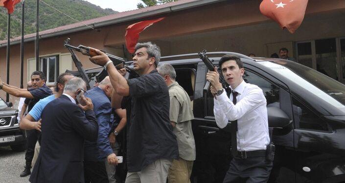 Kılıçdaroğlu, aracı bindirilirken çok sayıda güvenlik gücü, dağlık alandan gelebilecek bir saldırıya karşı tetikteydi.