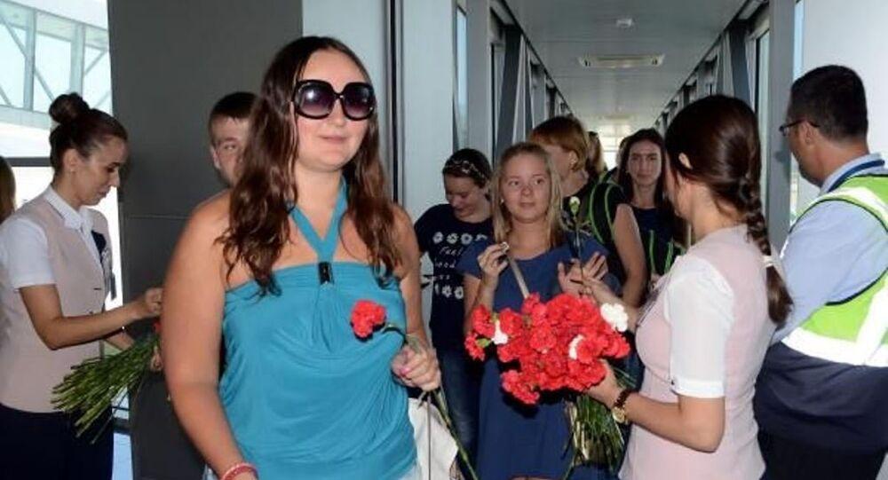 Türkiye-Rusya arasındaki sorunların çözüme kavuşturulmasının ardından Milas-Bodrum Havalimanı'na gelen 200 kişilik ilk Rus turist kafilesi karanfillerle karşılandı.