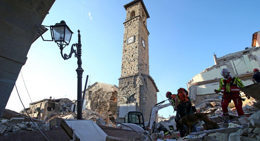 İtalya'daki depremden en çok etkilenen yer olan Amatrice kasabasındaki saat kulesi.