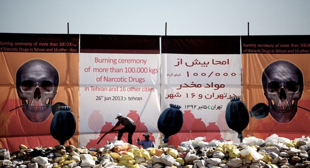 İran'daki 17 kentte ele geçirilen uyuşturucular törenle yakıldı.